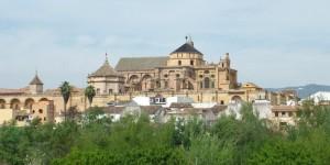"""Según  Webislam,  la catedral de Córdoba, """"que pertenece al Vaticano por derecho de conquista"""", ha sido expropiada a los andaluces y ahora se encuentra sometida, además de a la autoridad papal, al pertinaz saqueo de un Estado extranjero que esquilma los bolsillos de los turistas: España."""