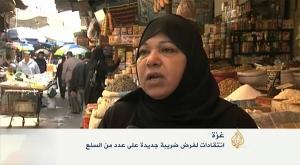 Una palestina que compra en un mercado al aire libre de Gaza se queja a las cámaras de Al Yazira de un nuevo tributo impuesto por Hamás. 25 de abril de 2015. (Imagen tomada de un vídeo de Al Yazira)