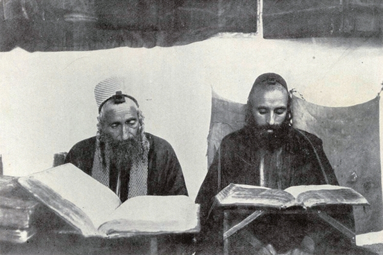 Yemenite_Jews_studying_Torah_in_Sanaa-1
